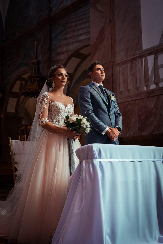 para młoda przed ołtarzem w dzień ślubu